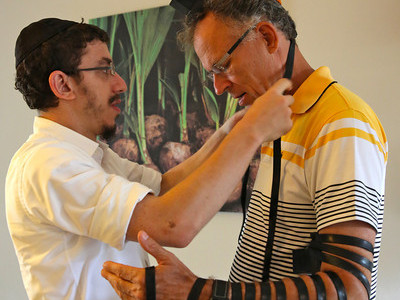 MU 368. Rabbi Laima Barber and Owen Griffiths, President, Island Hebrew Congregation Mauritius, doing tefillin-L